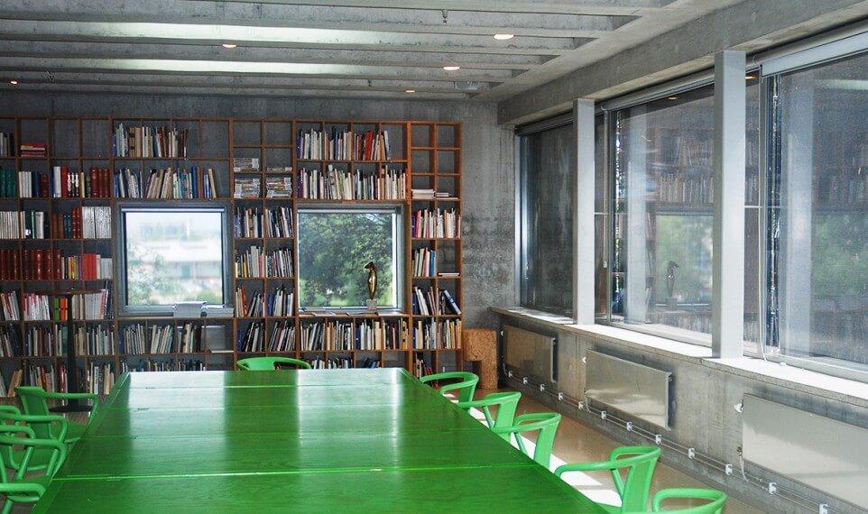 Biblioteket med konferensbord