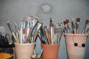 Anvädna penslar i keramikkrukor