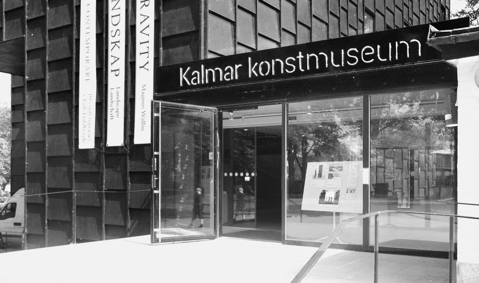 Entrén till Kalmar konstmuseum dagtid, svartvitt