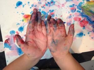händer med målarfärg