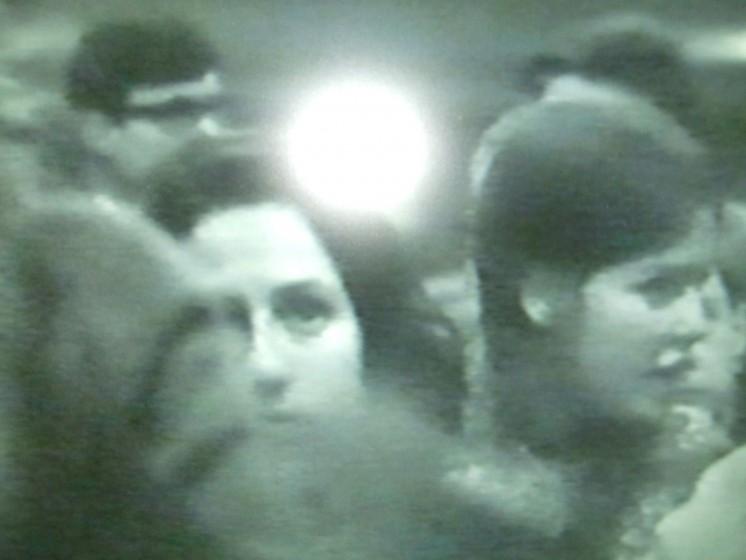 Lina Selander, När solen går ned är den alldeles röd, sen försvinner den (2008) Dubbel videoprojektion med ljus. Video 1 visas: 9'15 min