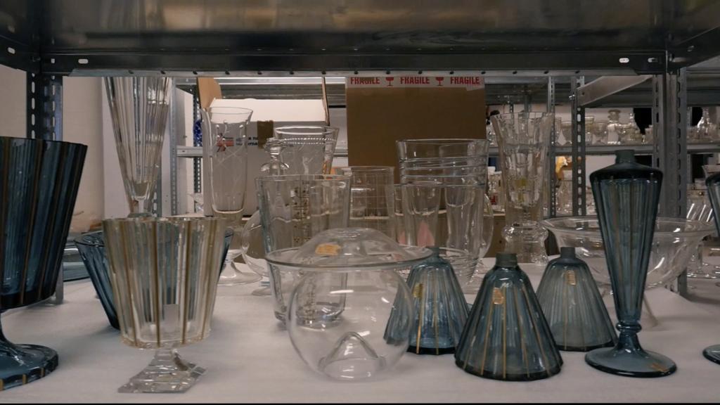 Stillbild ur Att läsa glaset där vi ser Monica Backströms ägg, Malin Pettersson Öberg, 2015