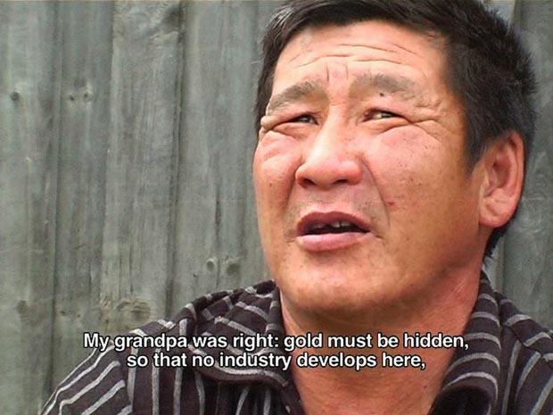 Stefan Rusu: Golden Aldan, stillbild, tvåkanals videoinstallation, 2011