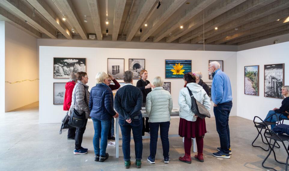 En grupp människor får en visning i en utställning på Kalmar konstmuseum