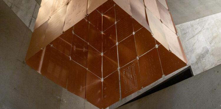 Mönsterkort av koppar i Kalmar konstmuseums trapphus