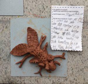 Skulptur av en uppfinning med beskrivande text