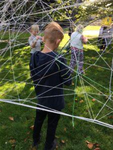 Barn skapar en skulptur av trådar utanför konstmuseet