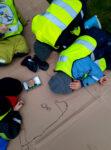 Barn ritar på marken