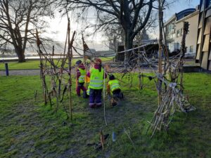 Barn skapar en skulptur i parken utanför Kalmar konstmuseum