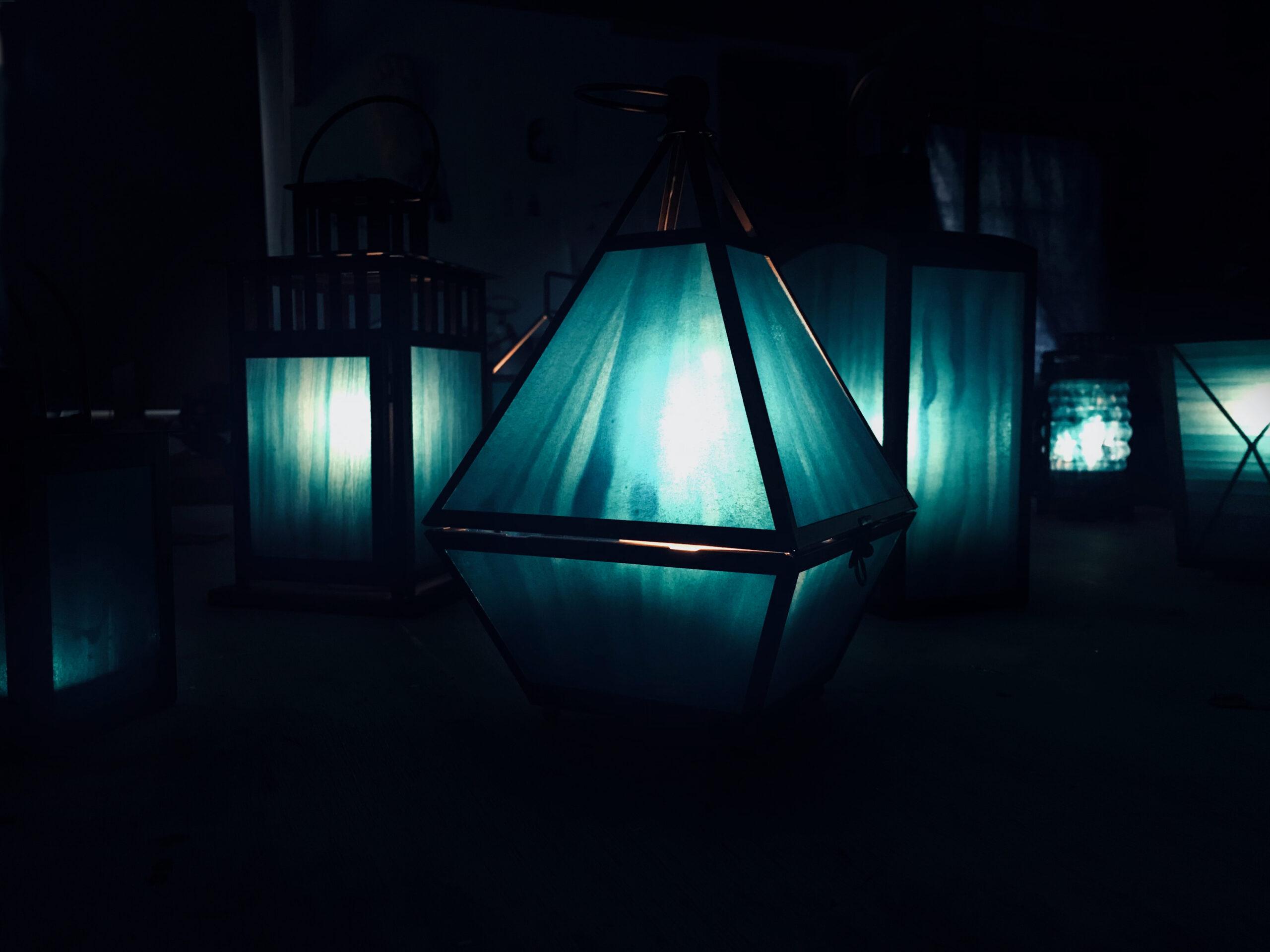 Blå lyktor i ett mörkt rum