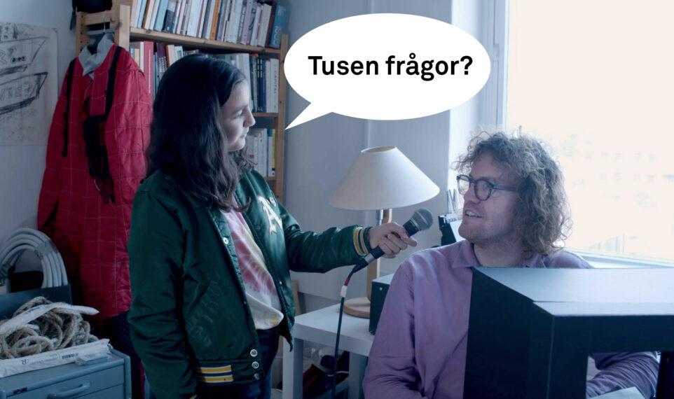 Ett barn ställer frågor till Andjeas Ejiksson